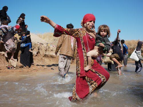 Iraq, Kurdistan, Sais Khalef, 4 October 2017 Peshmerga zone, 30 km southwest of Kirkuk, on the road of Hawija, on frontline against ISIS.  The inhabitants from Hawija region, who lived under ISIS control since more than two years, are fleeing the combat zone and are being controlled by Peshmerga.  Irak, Kurdistan, Sais Khalef, 04 octobre 2017 Dans la zone controlée par les Peshmerga, à 30 km au sud ouest de Kirkouk, sur le front contre Daesh. Des habitants de la région d'Hawija, qui vivaient sous l'occupation de Daesh depuis plus de deux ans, fuient la zone de combat et se font contrôler par les Pershermgas.  Lam Duc Hien / Agence VU